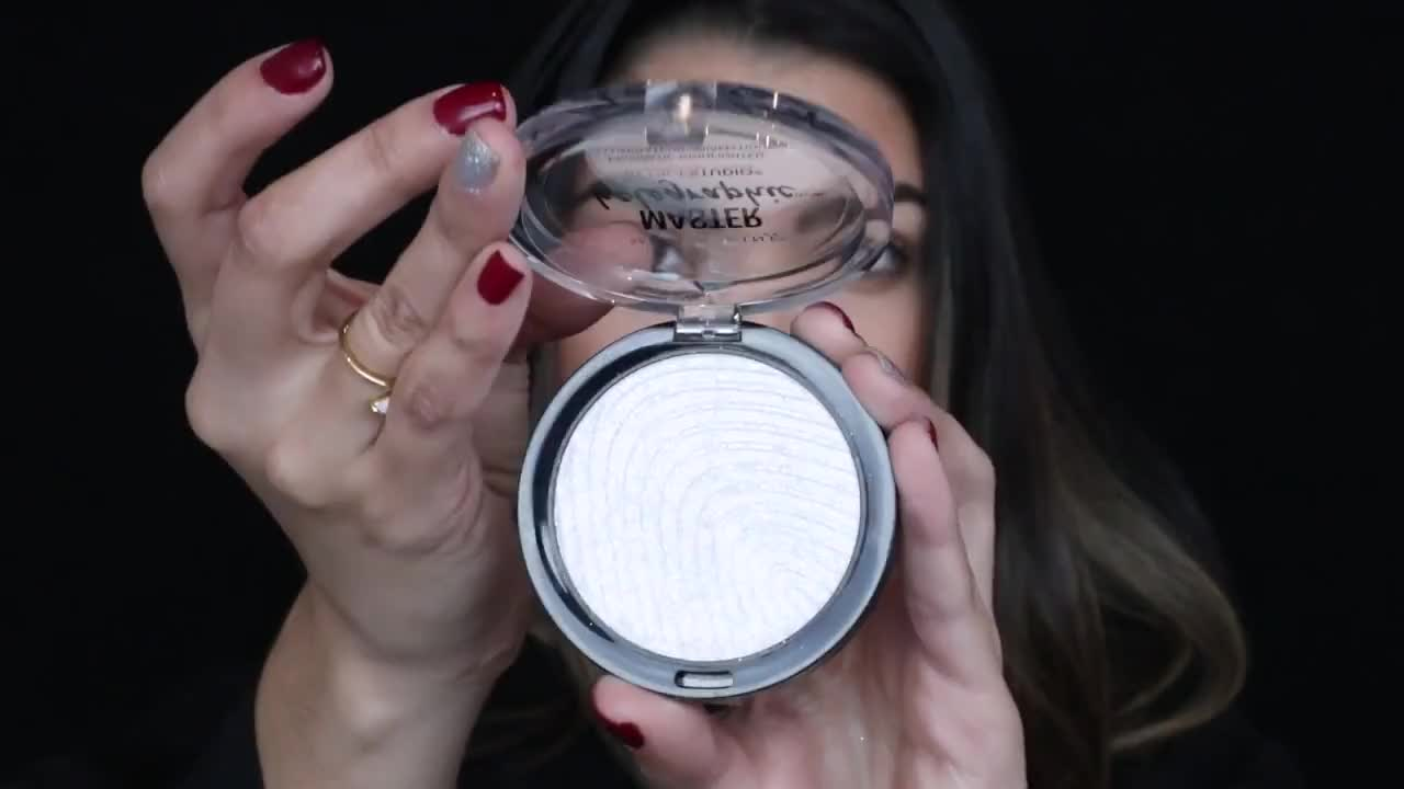 How To Highlight with Holographic Powder ft. Kamila Bravo | Maybelline New York